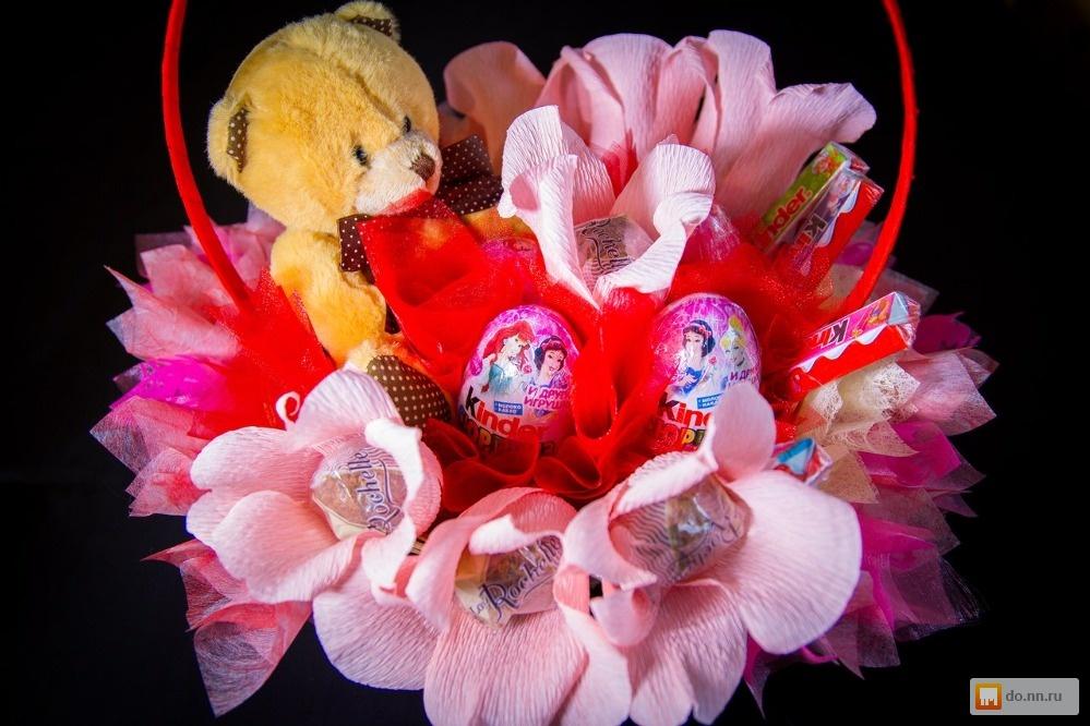 Букеты из конфет и игрушек своими руками в корзинке 5